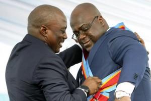 El presidente electo Félix Tshisekedi recibe la banda presidencial del presidente saliente, Joseph Kabila, en Kinshasa.